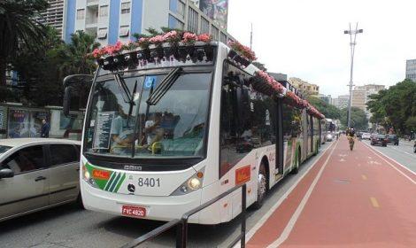 Ônibus da Eletra levam flores ao Dia da Mobilidade Elétrica